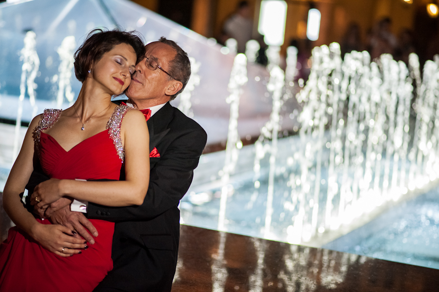 wedding photographer, a married couple with a fountain pictures