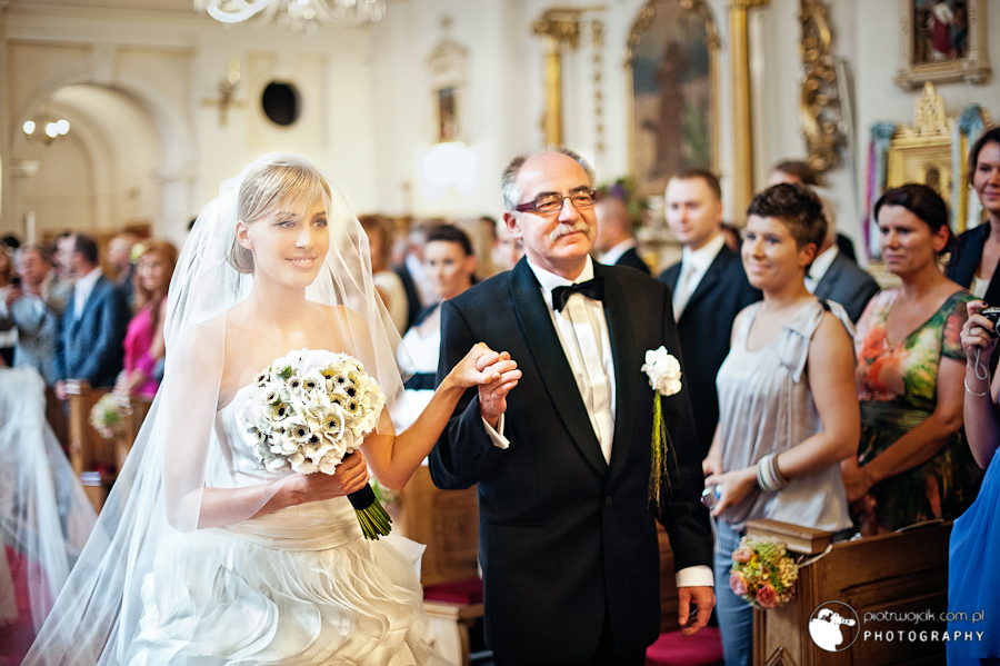 London wedding photographer, bride with her dad in the church
